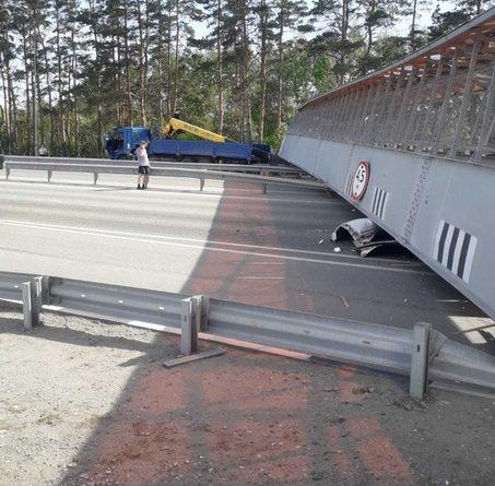 ЧП на Тобольском тракте: грузовик снес надземный пешеходный переход (опять)