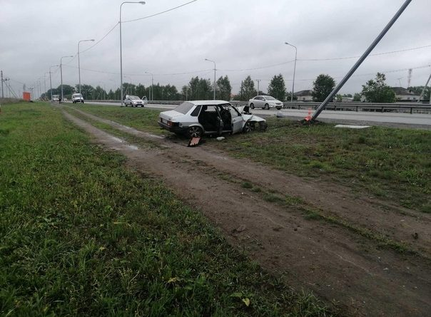 """Рано утром 18-летний водитель """"Лады"""" влетел в столб под Каскарой, пострадала 19-летняя пассажирка"""