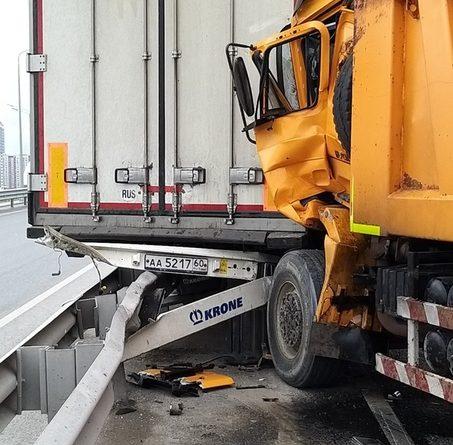 Крупная авария на тюменской объездной: в искореженной кабине самосвала зажало водителя