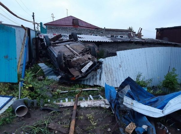 В Андреевском пьяная молодежь полетала на ВАЗе, приземлившись на крышу