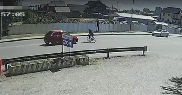 В Тюмени сбили велосипедиста, беспечно нарезавшего круги по проезжей части. ВИДЕО