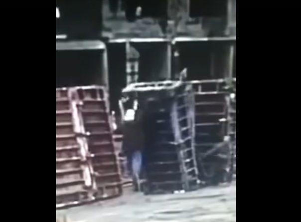 Момент несчастного случая на одной из тюменских стройплощадок попал на ВИДЕО