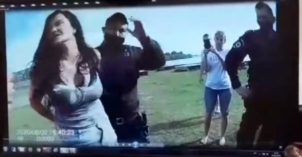 """""""Повалили на землю"""". В Сургуте полицейские задержали двух девушек, отдыхавших в парке. ВИДЕО от обеих сторона конфликта"""
