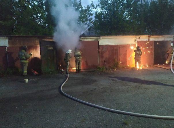 Пожар в гаражном кооперативе на Энергетиков: пришлось резать металлические ворота