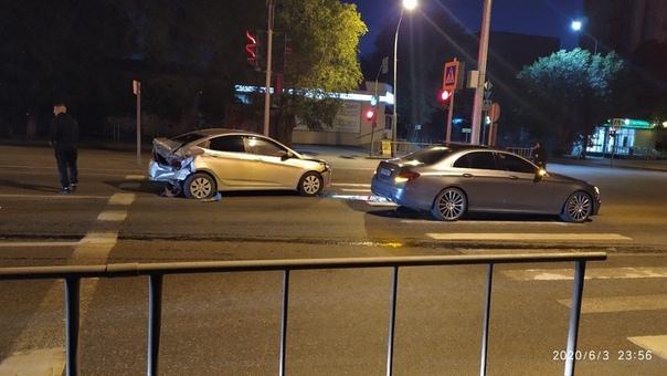 Ночное ДТП на Мельникайте: виновник бросил свой автомобиль и сбежал