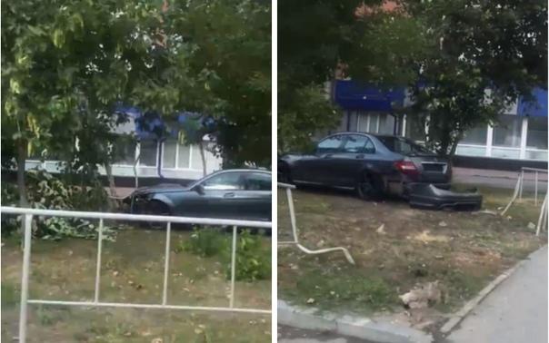 """На """"полтиннике"""" Mercedes вынесло на тротуар, где он сбил женщину и снес дерево"""