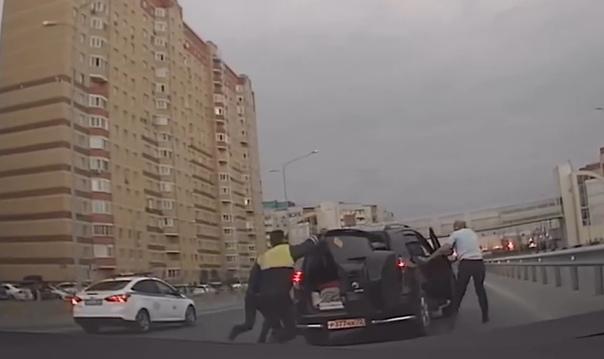 Опубликовано ВИДЕО эпичного задержания пьяного водителя Rav4 на Монтажников в Тюмени