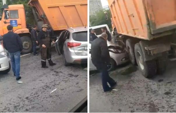 На ул.Республики у тюменского ДСК легковушка ушла под КАМАЗ