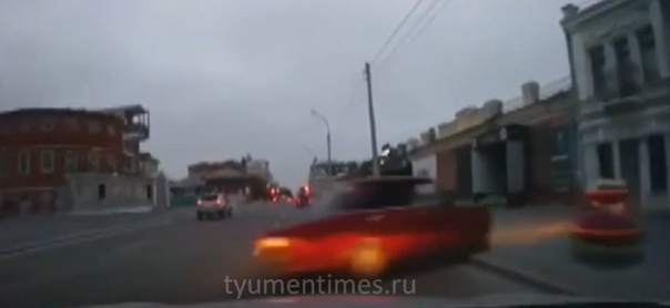 """""""Навели суету"""". В центре Тюмени """"шестерка"""" не вписалась в поворот и протаранила крыльцо ночного клуба. ВИДЕО момента ДТП"""