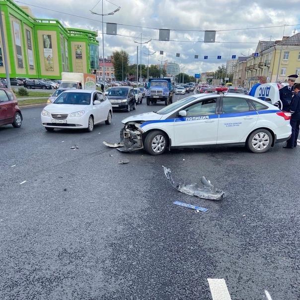 На стреловском мосту патрульный автомобиль ДПС врезался в Lexus