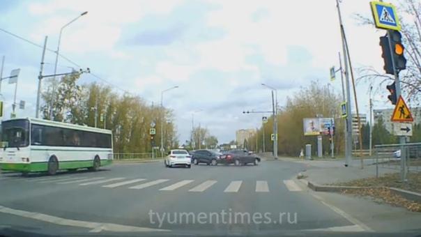 Появилось ВИДЕО момента ДТП около аквапарка на Щербакова в Тюмени
