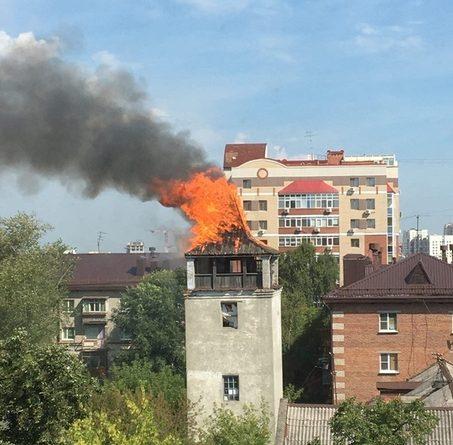 В центре Тюмени полыхает старая деревянная двухэтажка. UPD: Загорелась и белая башня (пожарная каланча)