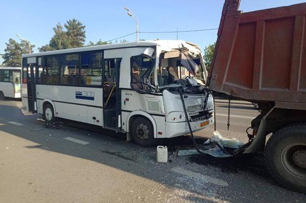 На Тобольском тракте в Тюмени рейсовый автобус влетел в самосвал