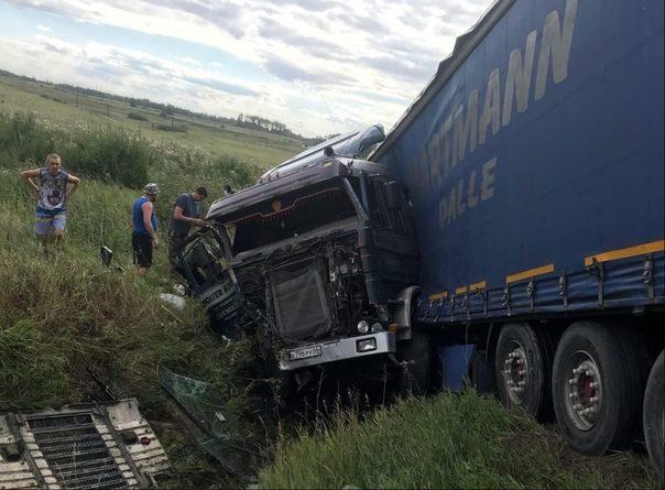 Фура снесла легковушку с трассы Екатеринбург - Тюмень, двое погибших