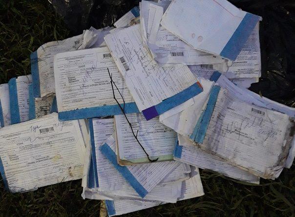 Тюменка нашла в лесополосе около поликлиники медкарты умерших людей