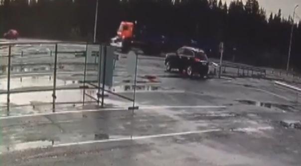 """КАМАЗ смял """"четверку"""" на трассе в Покачах. ВИДЕО с камеры наблюдения"""