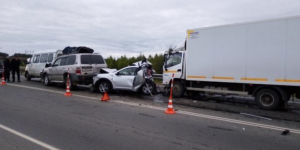 Смертельное ДТП под Тобольском: водитель фургона уснул и налетел на стоящие машины