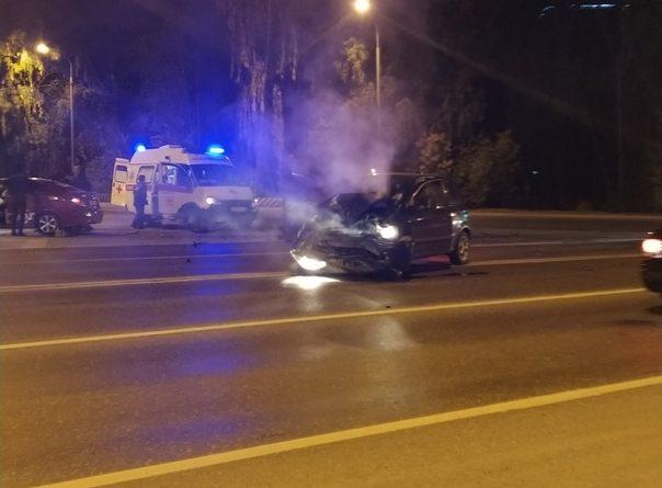 Вечернее ДТП с участием автомобиля такси на ул.Дружбы в Тюмени: пострадали двое