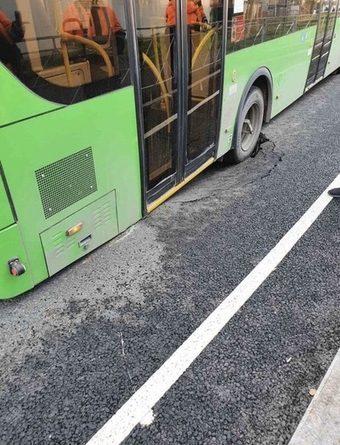 На новой тюменской развязке автобус провалился колесом под асфальт
