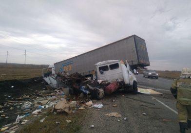 """На Ялуторовском тракте """"Газель"""" разнесло об фуру, водитель погиб"""