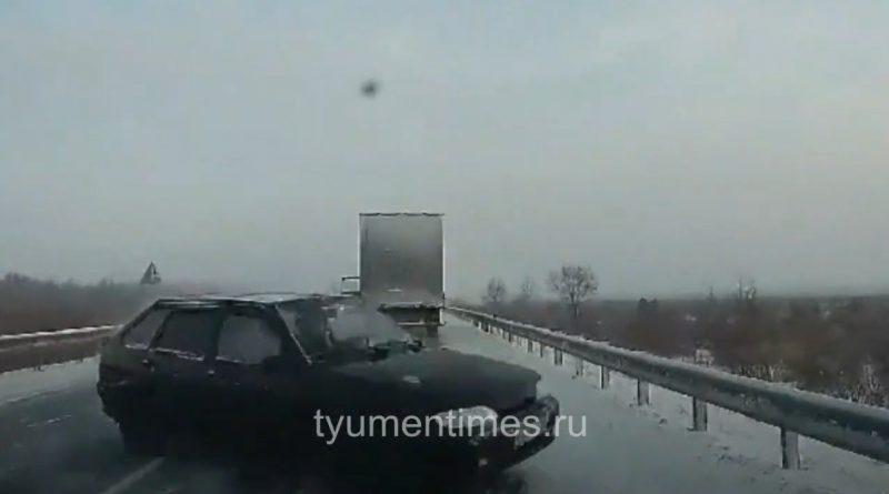 """Опубликовано видео смертельной аварии на трассе Ярково - Ялуторовск: """"ВАЗ"""" вынесло на встречку после обгона"""
