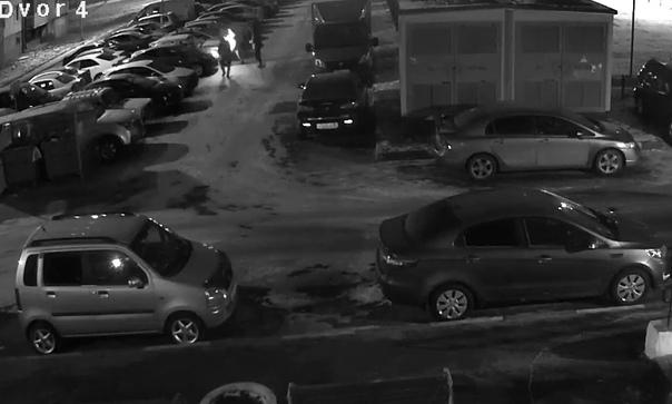 Ночью в Тюмени сожгли автомобиль. Момент поджога попал на ВИДЕО