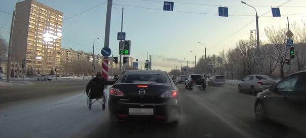попрошайка инвалид берет мылостыню на улице в Тюмени