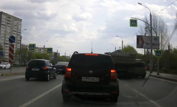 ДТП на Широтной КАМАЗ с гравием