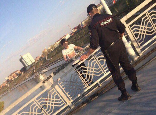 прыгнул с моста Влюбленных в Тюмени