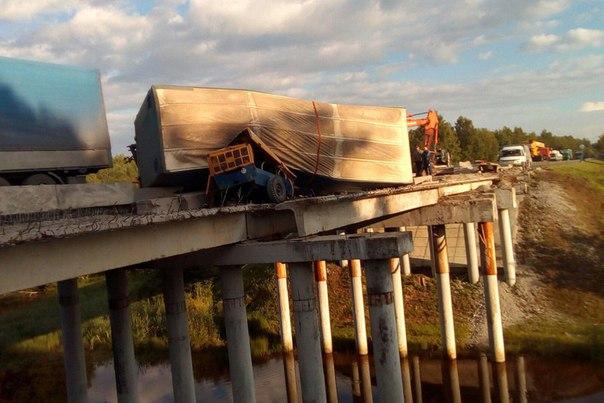 фура зависла над мостом