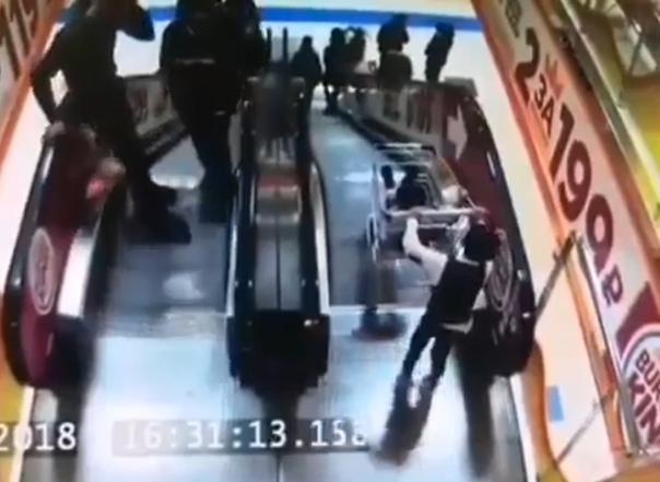 В Нягани с эскалатора