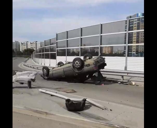 На новом мельникайтевской развязке перевернулся Mercedes с девушкой за рулем