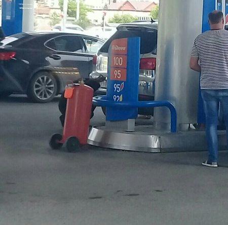 ребенок заперся в машине