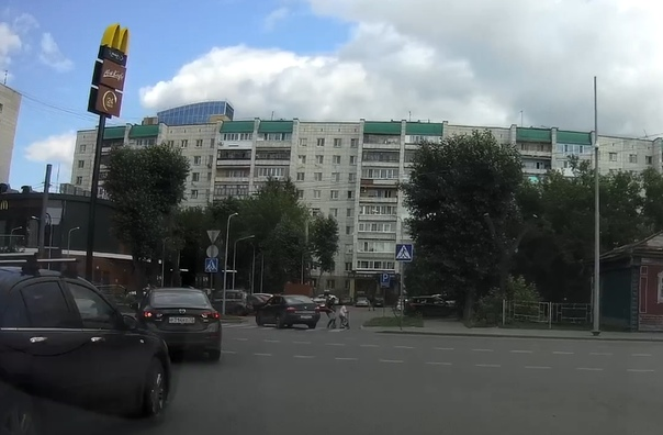 """В центре Тюмени у """"Макдоналдса"""" автомобиль чуть не сбил маму с ребенком. ВИДЕО"""