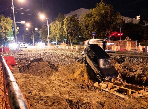 Ночью «Нива» съехала в глубокую яму на Полевой в Тюмени