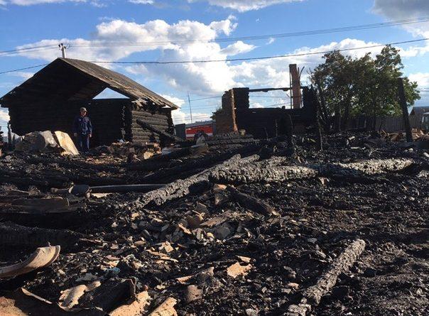 В тюменской Успенке от удара молнии загорелся частный дом и все дворовые постройки