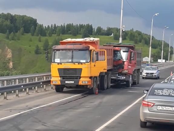 """""""Водителя зажало, двигатель пошёл в разнос"""". ДТП на мосту через Иртыш под Тобольском"""
