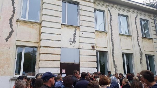 """""""Разваливается на глазах"""". В Тюмени родители учеников школы №30 провели митинг"""