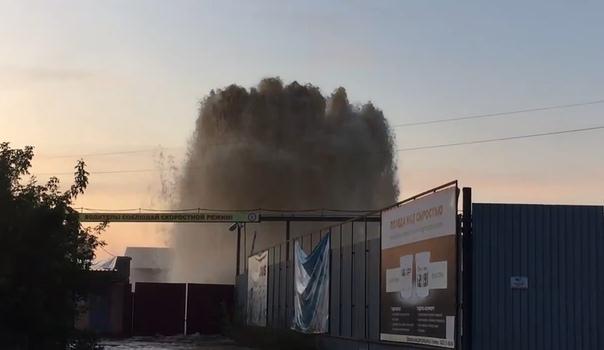 На Барабинской забил огромный фонтан. ВИДЕО