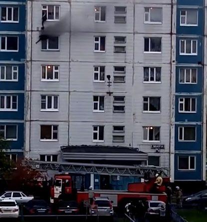 В Нижневартовске мужчина через форточку вытащил девушку из горящей квартиры