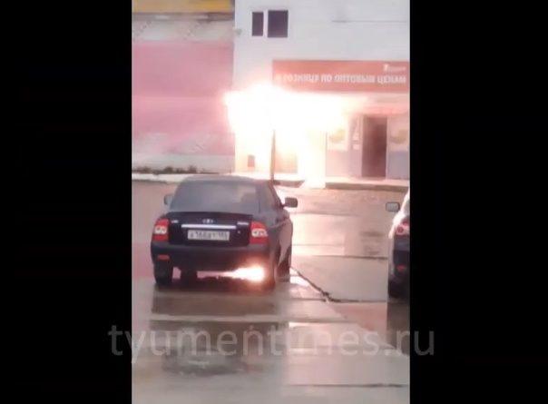 Светофор искрило и он вспыхнул. Крупный пожар в Нижневартовске. ВИДЕО очевидцев