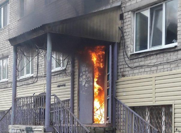 В тобольском общежитии загорелся подъезд: пожарные эвакуировали жильцов по автолестнице