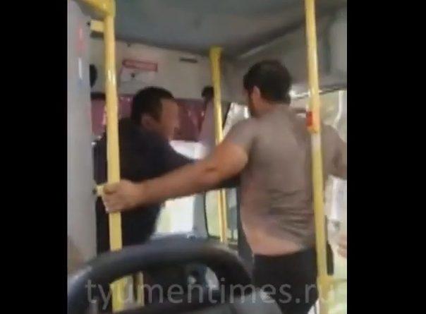 """""""Сдурели что ли?"""" Драка водителей маршуток в Тюмени попала на ВИДЕО"""