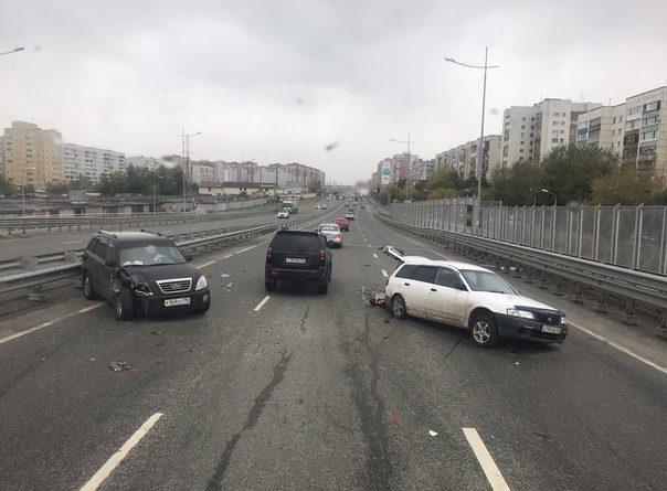 В Тюмени на мосту Монтажников Chery влетел в стоящий Nissan
