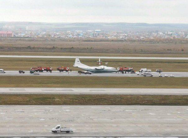 Военный самолёт Ан-12 приземлился без шасси в аэропорту в Екатеринбурге