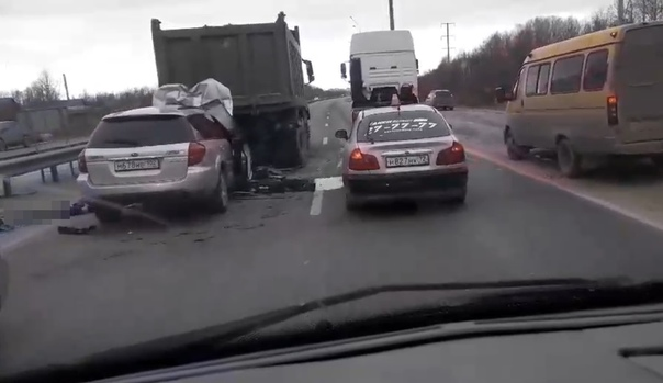 В Тобольске Subaru влетел под самосвал, водитель погиб