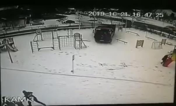 В Ханты-Мансийске самосвал влетел во двор детского сада и протаранил стену здания. ВИДЕО с камеры наблюдения