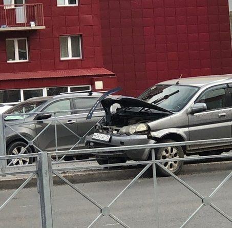 На Пермякова Honda протаранила забор, у водителя случился приступ