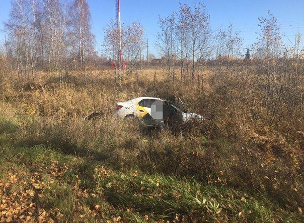 Под Тюменью автомобиль такси выкинуло в кювет: водитель пьян, собутыльник сбежал с разбитой головой