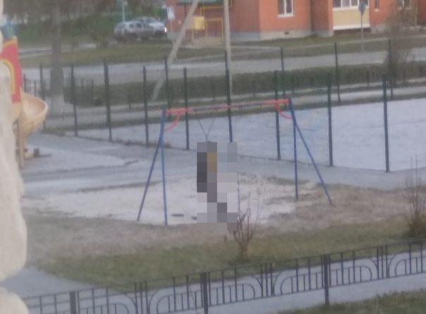 Утром на детской площадке в Нижней Тавде нашли тело 19-летнего парня